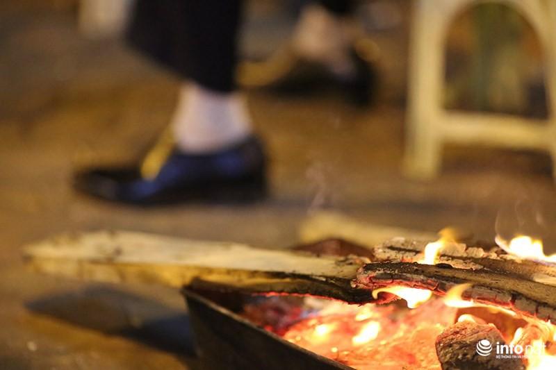 Nhiệt độ xuống thấp 11 độ C, người Hà Nội đốt lửa sưởi ấm - Ảnh 3.