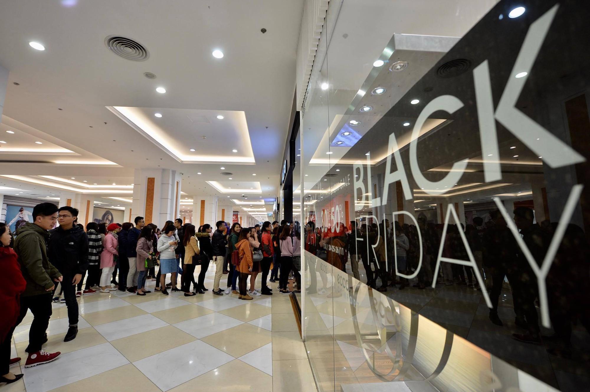 Biển người Hà Nội, Sài Gòn đổ về trung tâm thương mại, khu phố thời trang để săn đồ Black Friday - Ảnh 2.