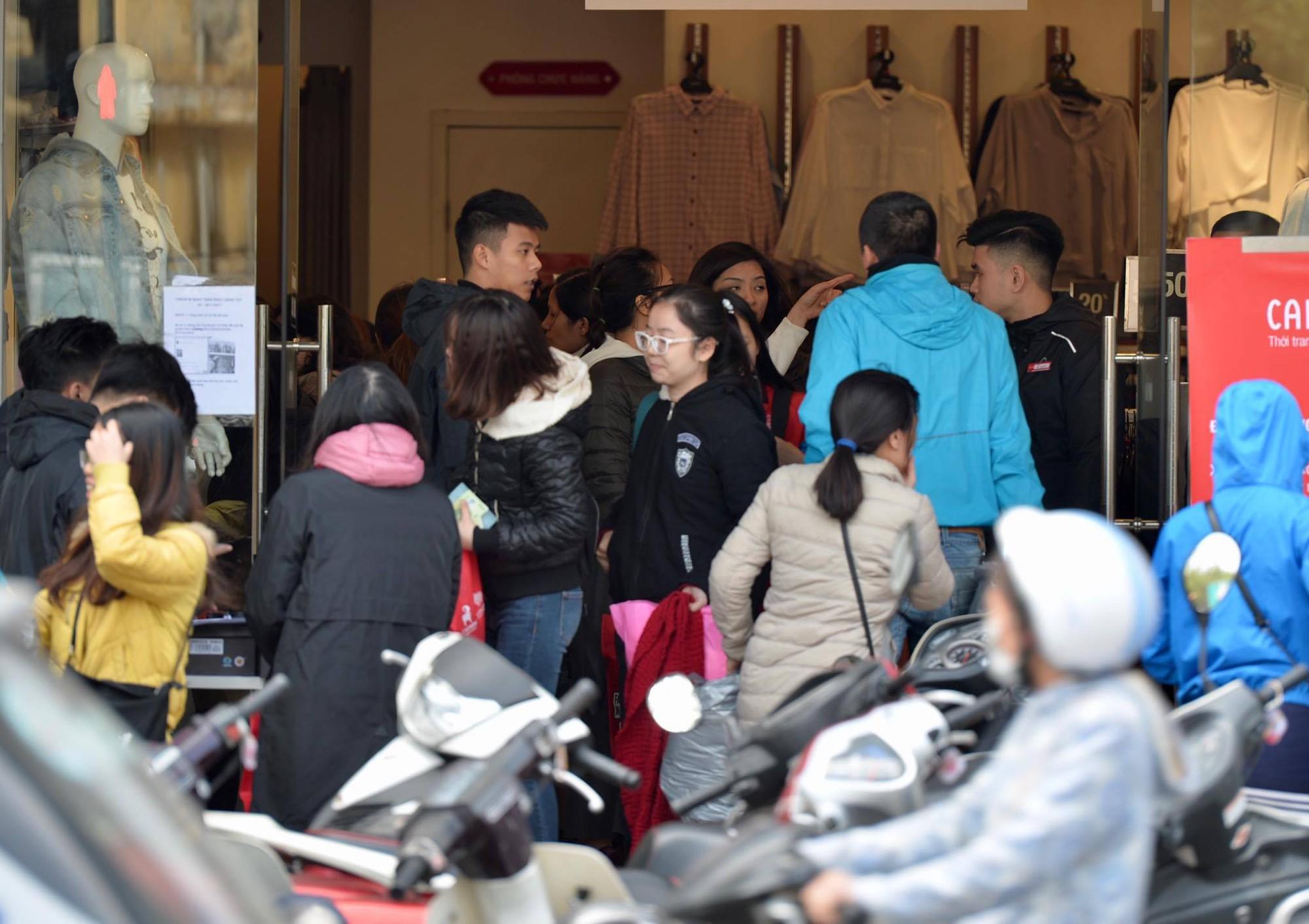 Biển người Hà Nội, Sài Gòn đổ về trung tâm thương mại, khu phố thời trang để săn đồ Black Friday - Ảnh 10.