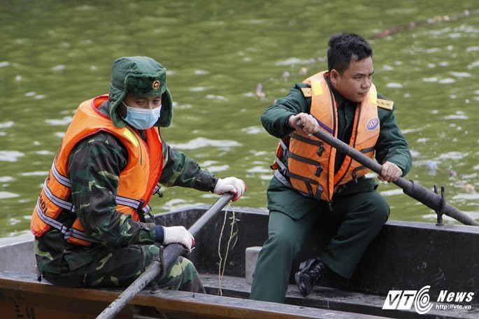 Ảnh: Công nhân ngâm mình trong nước lạnh dồn cá trước khi nạo vét Hồ Gươm - Ảnh 3.