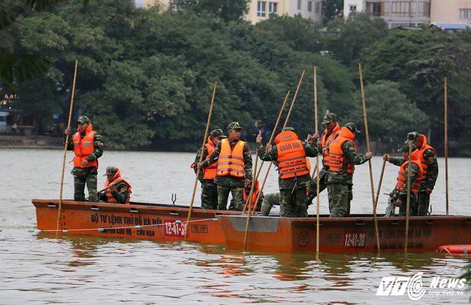 Ảnh: Công nhân ngâm mình trong nước lạnh dồn cá trước khi nạo vét Hồ Gươm - Ảnh 10.