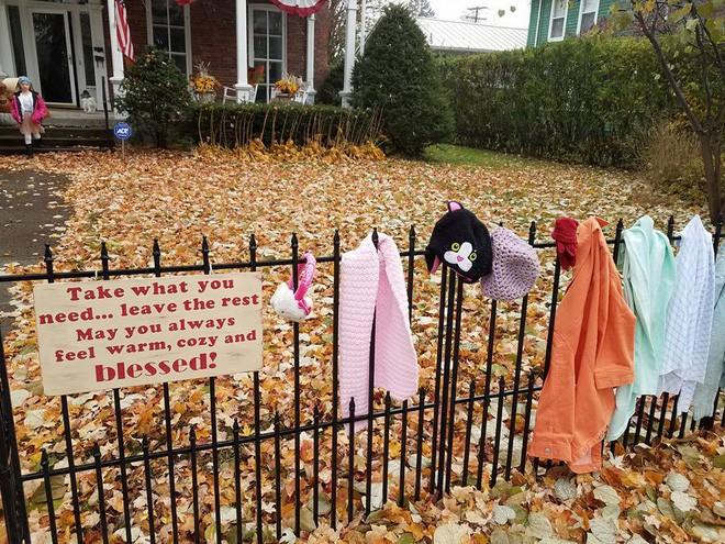 Ai cũng tò mò khi thấy quần áo giăng trên hàng rào, đến khi đọc dòng chữ này, mọi người đều mỉm cười ấm áp - Ảnh 1.