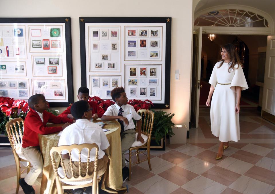 Bà Melania Trump mặc váy trắng đẹp như thiên thần tuyết, chuẩn bị cho Giáng sinh tại Nhà Trắng - Ảnh 3.