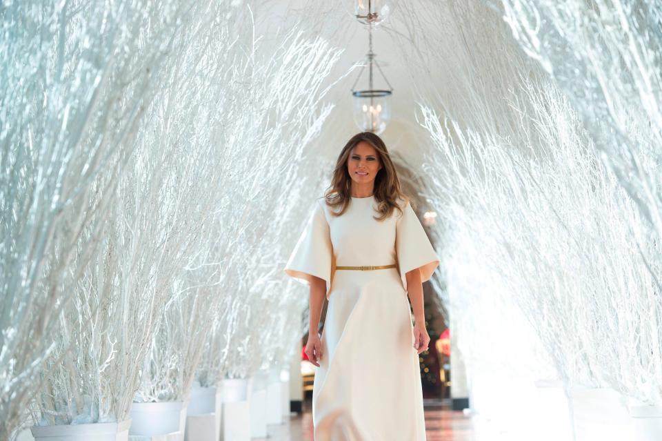 Bà Melania Trump mặc váy trắng đẹp như thiên thần tuyết, chuẩn bị cho Giáng sinh tại Nhà Trắng - Ảnh 2.