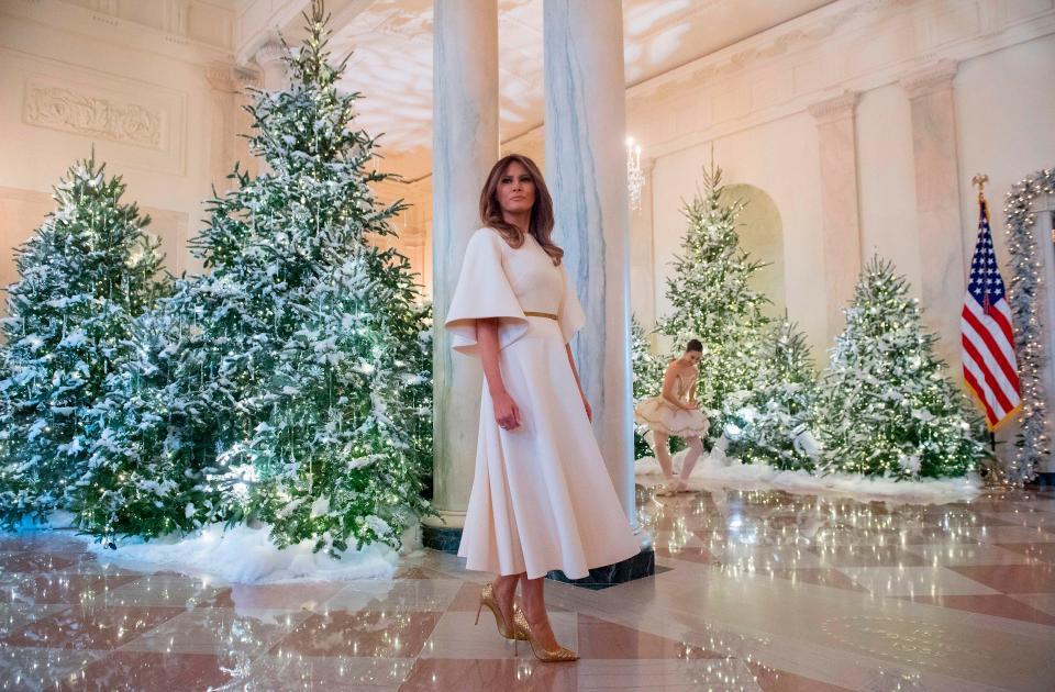Bà Melania Trump mặc váy trắng đẹp như thiên thần tuyết, chuẩn bị cho Giáng sinh tại Nhà Trắng - Ảnh 4.