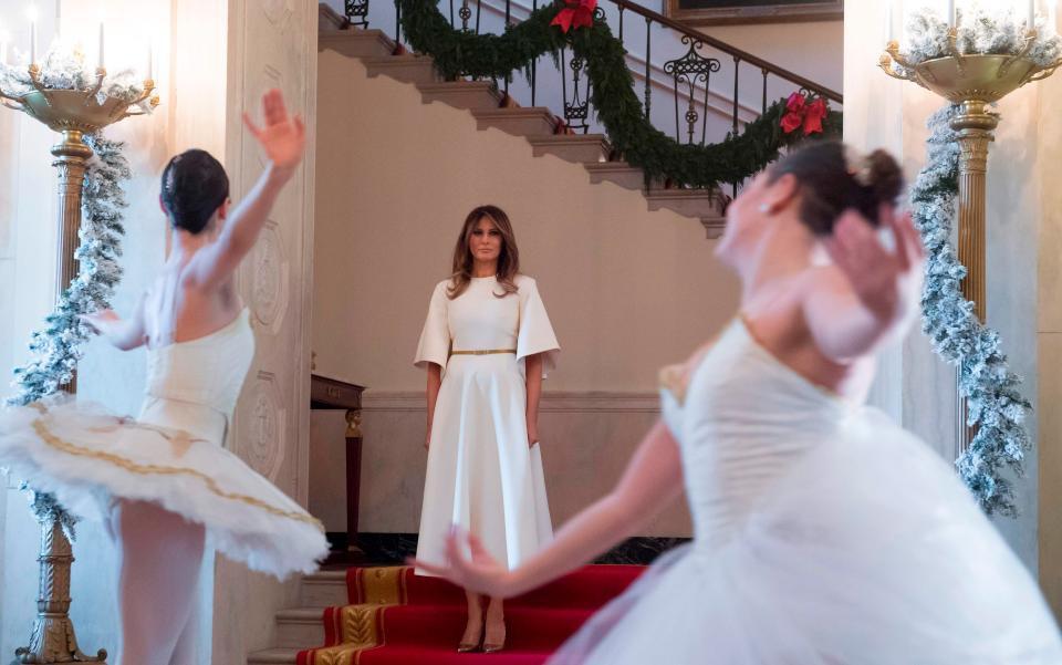 Bà Melania Trump mặc váy trắng đẹp như thiên thần tuyết, chuẩn bị cho Giáng sinh tại Nhà Trắng - Ảnh 5.