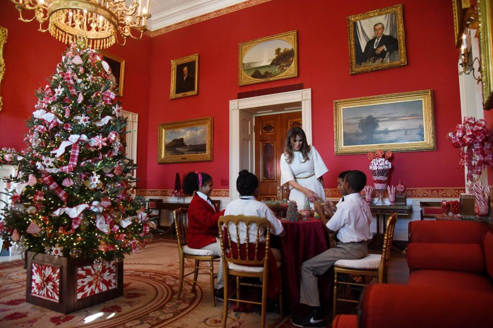 Bà Melania Trump mặc váy trắng đẹp như thiên thần tuyết, chuẩn bị cho Giáng sinh tại Nhà Trắng - Ảnh 6.