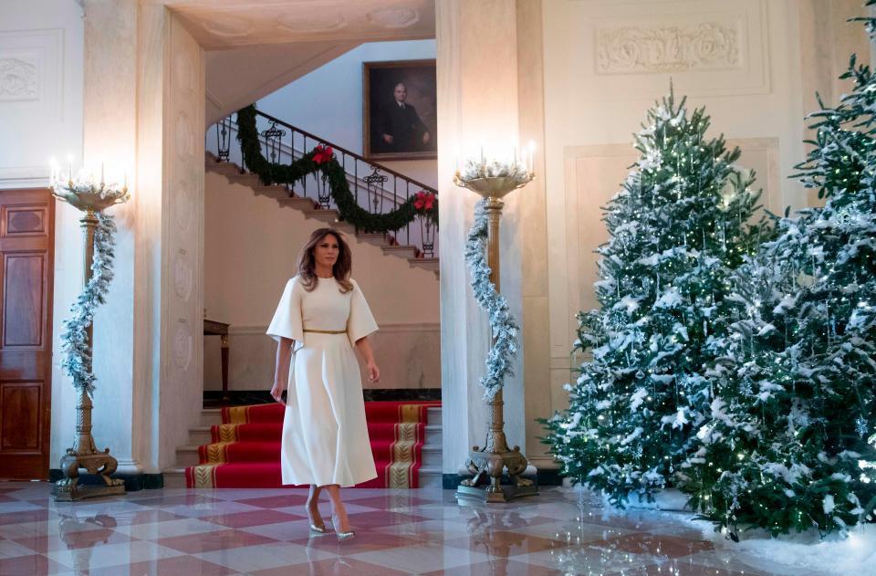 Bà Melania Trump mặc váy trắng đẹp như thiên thần tuyết, chuẩn bị cho Giáng sinh tại Nhà Trắng - Ảnh 7.