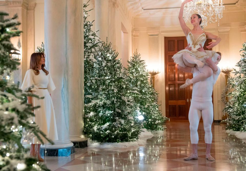 Bà Melania Trump mặc váy trắng đẹp như thiên thần tuyết, chuẩn bị cho Giáng sinh tại Nhà Trắng - Ảnh 8.