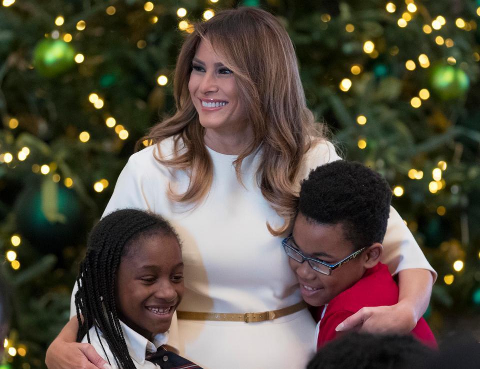 Bà Melania Trump mặc váy trắng đẹp như thiên thần tuyết, chuẩn bị cho Giáng sinh tại Nhà Trắng - Ảnh 9.