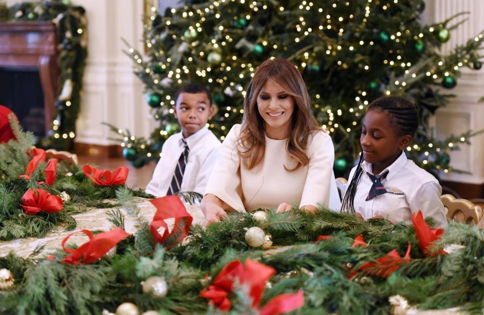 Bà Melania Trump mặc váy trắng đẹp như thiên thần tuyết, chuẩn bị cho Giáng sinh tại Nhà Trắng - Ảnh 10.