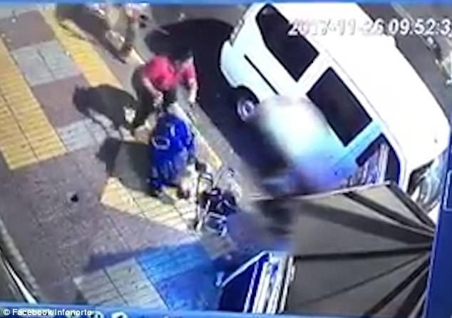 Kinh hoàng cảnh tượng người phụ nữ ném chiếc xe đẩy của đứa bé 8 tháng tuổi ra đường - Ảnh 2.