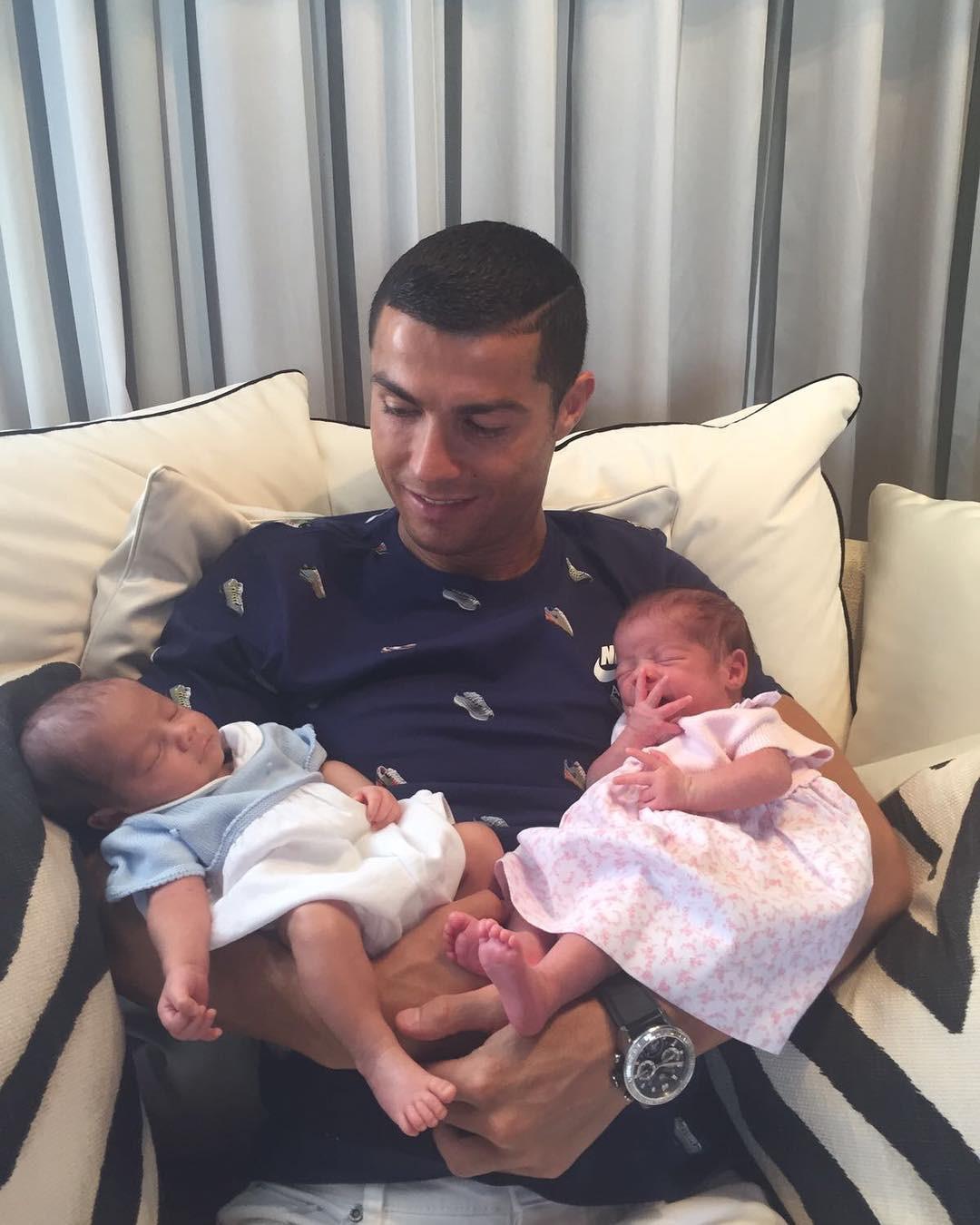 10 bức ảnh nhiều Like nhất Instagram: Toàn thấy Selena Gomez, Ronaldo và... trẻ con - Ảnh 6.