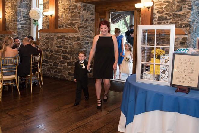 Vợ cũ cùng con riêng của chồng đến dự hôn lễ, cô dâu lên tiếng phát biểu khiến ai cũng khóc rất nhiều - Ảnh 2.