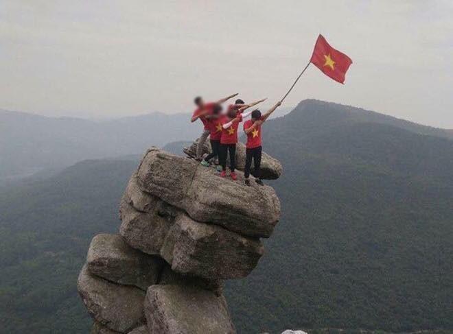 Tranh cãi việc các nhóm phượt leo lên mỏm đá cao, chông chênh ở núi Đá Chồng để chụp ảnh - Ảnh 9.