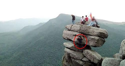 Tranh cãi việc các nhóm phượt leo lên mỏm đá cao, chông chênh ở núi Đá Chồng để chụp ảnh - Ảnh 6.