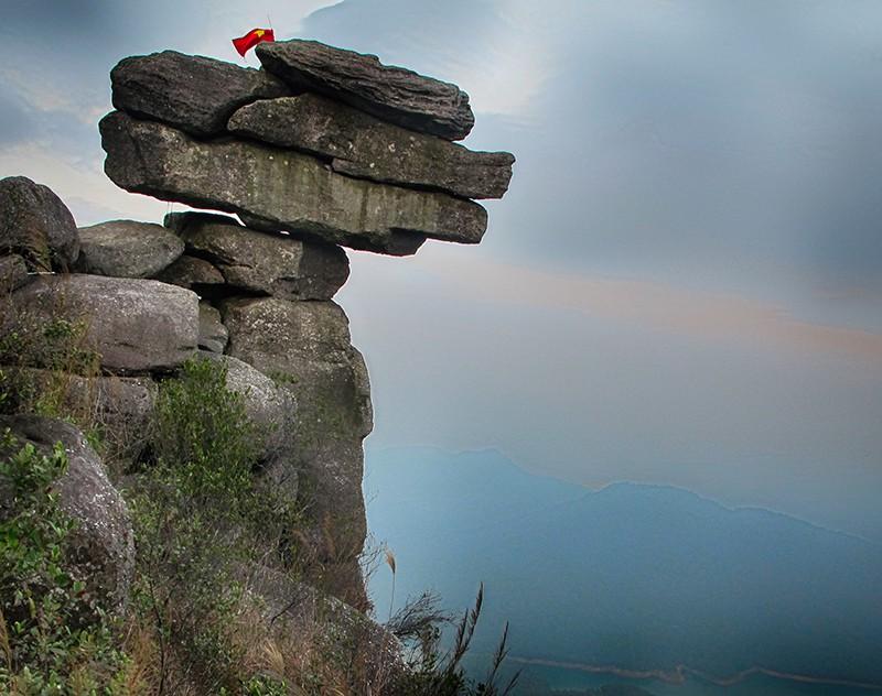 Tranh cãi việc các nhóm phượt leo lên mỏm đá cao, chông chênh ở núi Đá Chồng để chụp ảnh - Ảnh 7.