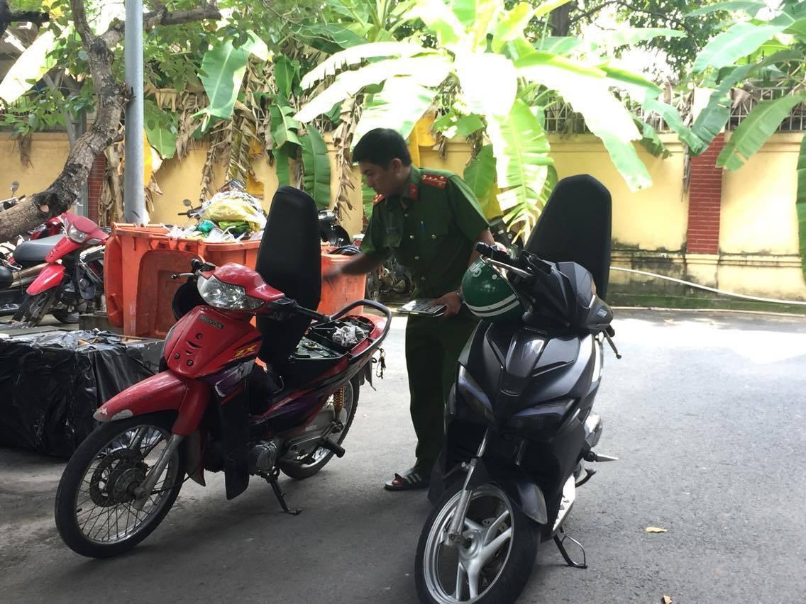 Dàn cảnh cướp xe của tài xế GrabBike xong, 3 thanh niên phải bỏ xe máy của mình lại vì không nổ máy - Ảnh 2.