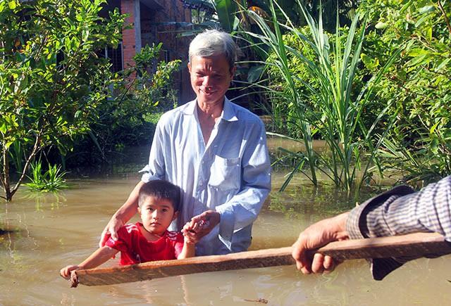 Vỡ đê ở Bến Tre, gần 50 căn nhà của người dân bị chìm trong biển nước