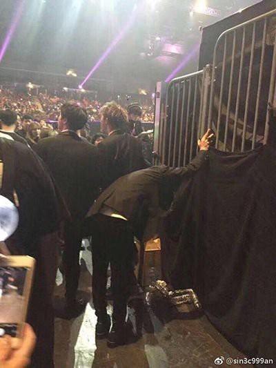 Netizen đồng loạt ủng hộ BTS sau hình ảnh kiệt sức tại hậu trường MAMA 2017 - Ảnh 1.