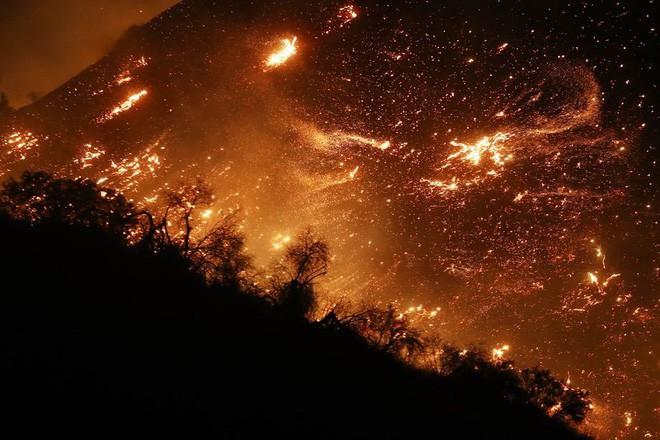 Mỹ: Cháy lớn tương đương diện tích 37.000 sân bóng đá khiến California như rơi vào ngày tận thế - Ảnh 1.