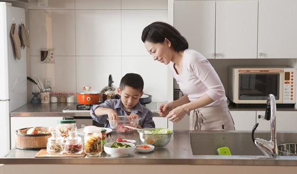 Trẻ em Nhật luôn ăn uống tự lập vì được bố mẹ dạy kĩ năng này từ nhỏ - Ảnh 1.