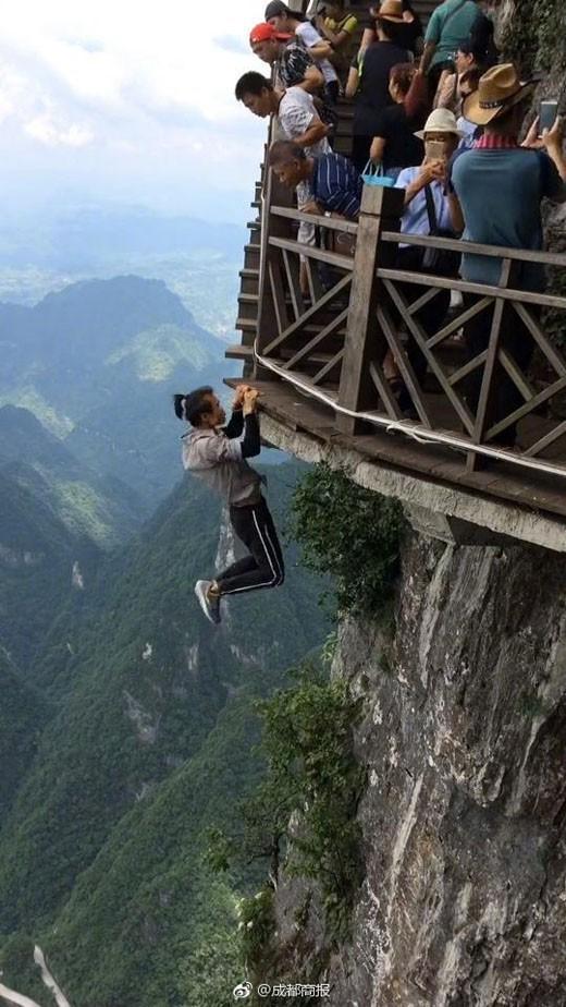 Thanh niên nổi tiếng trên MXH Trung Quốc vì không sợ chết vừa qua đời, nghi là ngã từ trên cao xuống - Ảnh 1.
