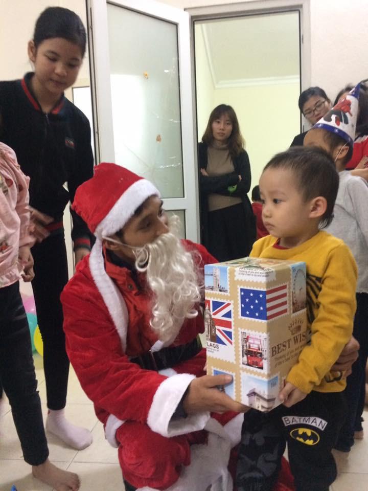 Chuyện về nhóm bạn trẻ đều đặn 7 năm hóa thân thành ông già Noel giao quà cho các em nhỏ khắp cả nước - Ảnh 3.