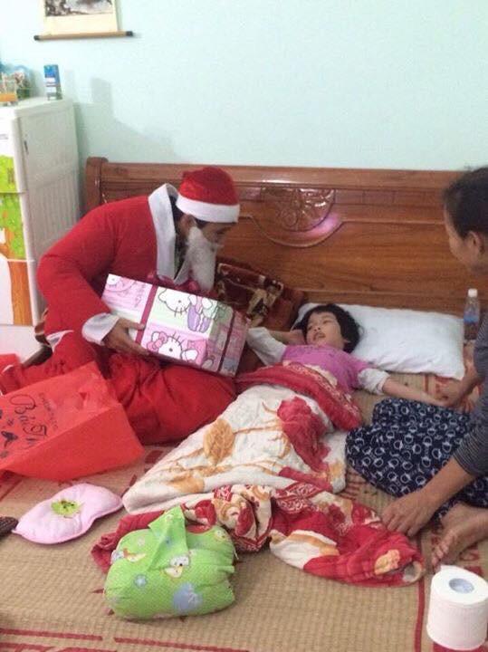 Chuyện về nhóm bạn trẻ đều đặn 7 năm hóa thân thành ông già Noel giao quà cho các em nhỏ khắp cả nước - Ảnh 4.