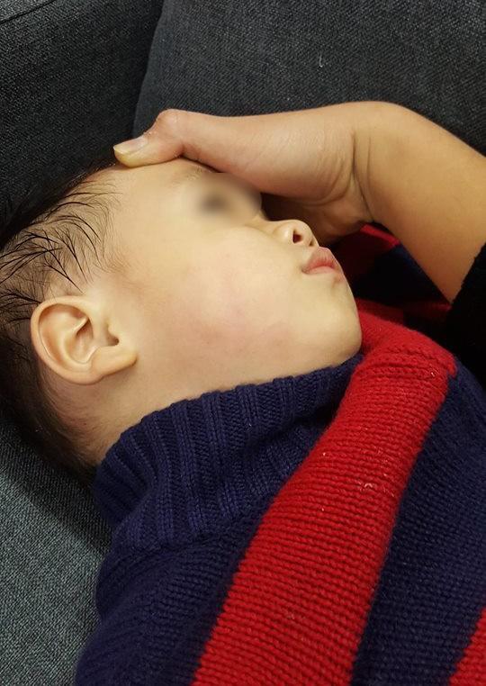 Hà Nội: Bé trai bị tát sưng tấy mặt vì sặc, bắn nước vào mặt bác sĩ khi đang khám - Ảnh 2.