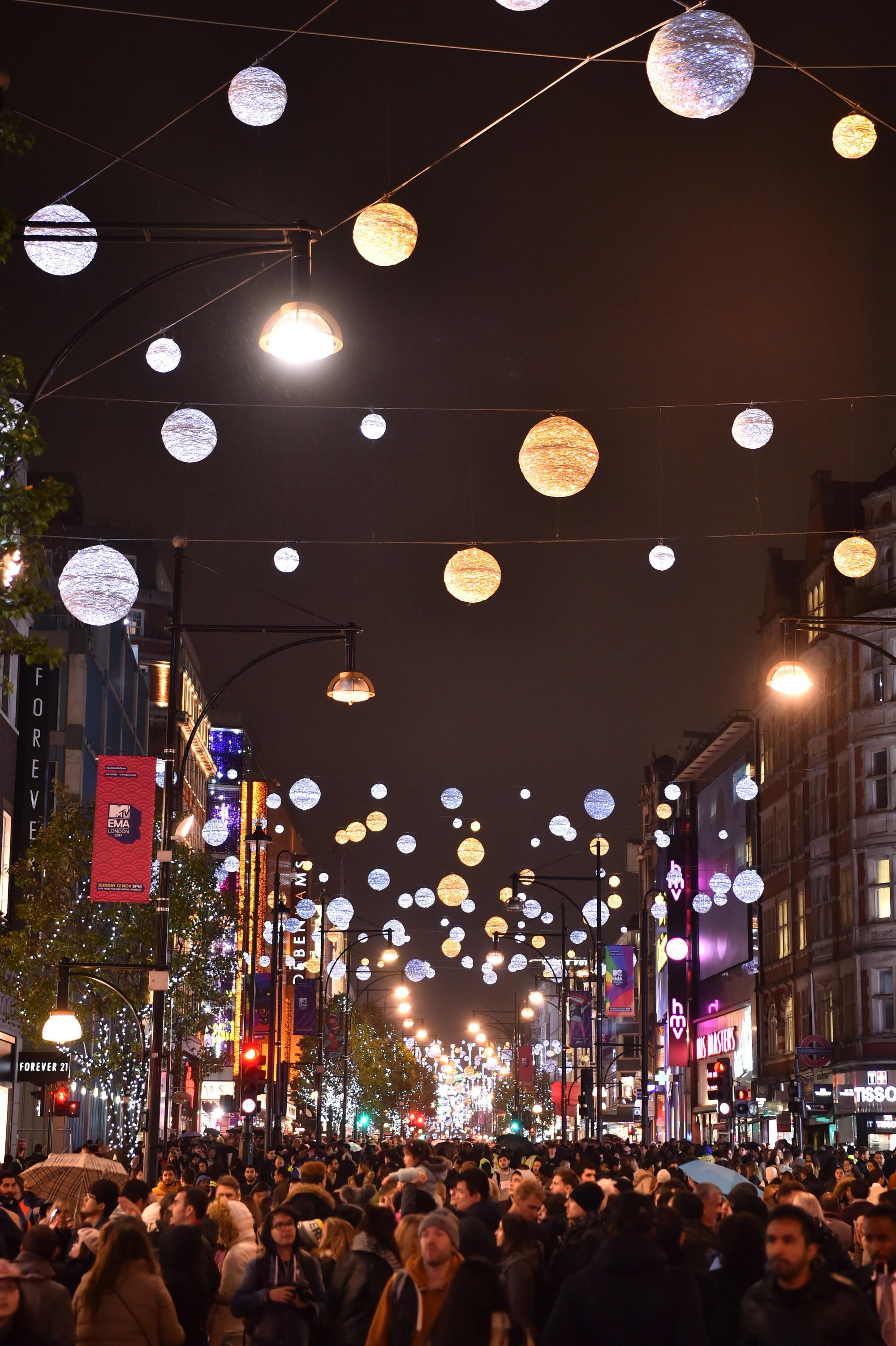 Khung cảnh đón Giáng sinh sớm ở nhiều nơi trên khắp thế giới: Lộng lẫy, nguy nga và ấm áp - Ảnh 2.