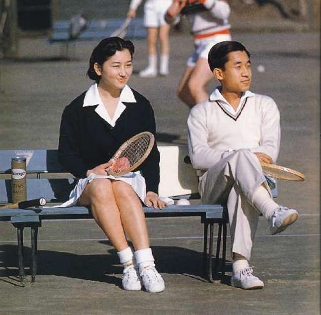 Nhà vua và Hoàng hậu Nhật Bản, mối tình hoàng tộc - thường dân, 60 năm đến đầu bạc và vẫn muốn yêu mãi mãi - Ảnh 1.