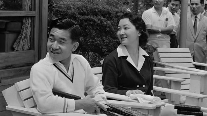 Nhà vua và Hoàng hậu Nhật Bản, mối tình hoàng tộc - thường dân, 60 năm đến đầu bạc và vẫn muốn yêu mãi mãi - Ảnh 2.