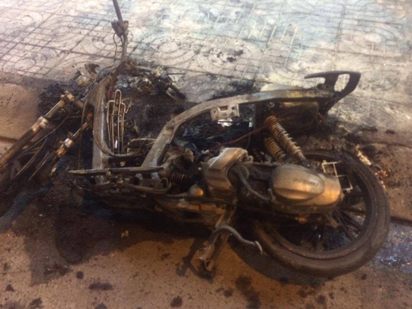 Chiếc xe máy bị cháy rụi hoàn toàn.