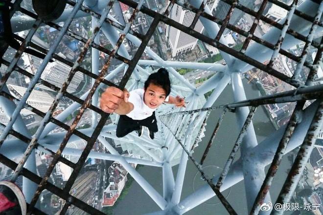 Vụ nam diễn viên rơi từ tầng 62 tử vong: Gia đình được đền bù hơn 200 triệu đồng - Ảnh 2.