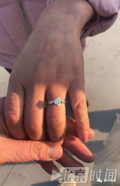 Lỡ tay vứt nhầm nhẫn kim cương vào thùng rác, người phụ nữ vật vã đào 13 tấn rác để tìm kiếm - Ảnh 2.