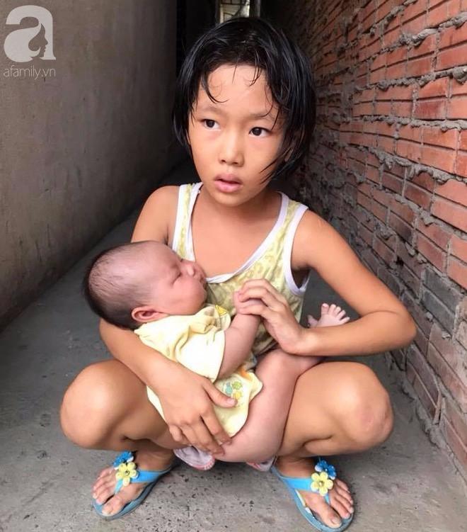 Bố bỏ đi theo vợ nhỏ, bé gái 7 tuổi nghỉ học ở nhà lấy sữa lon pha loãng cho em 2 tháng uống vì không có tiền - Ảnh 1.