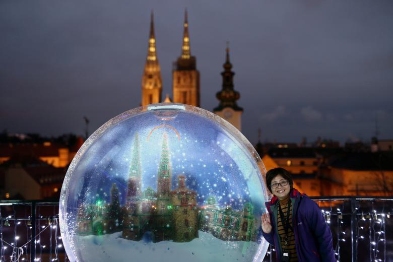 Giáng sinh rực rỡ muôn sắc màu trên toàn thế giới: Hân hoan niềm vui và bao lời chúc nhau an lành! - Ảnh 2.