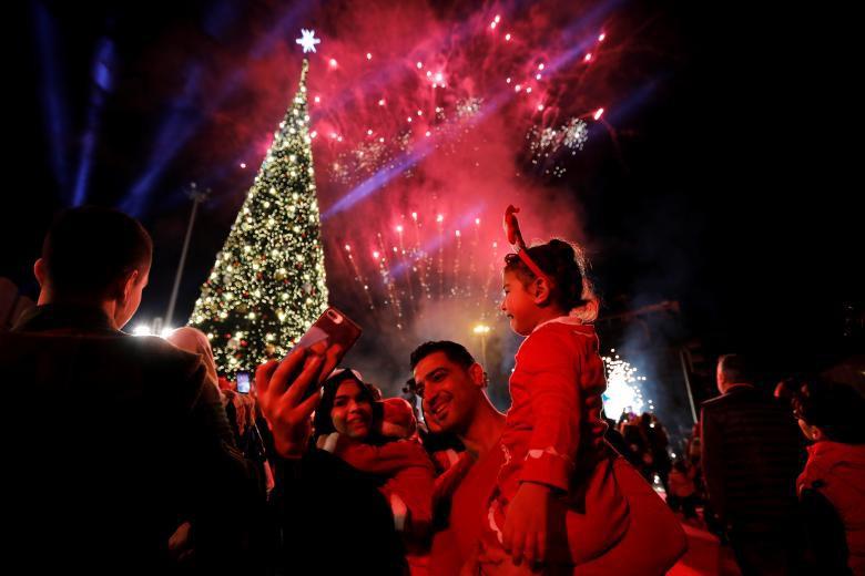 Giáng sinh rực rỡ muôn sắc màu trên toàn thế giới: Hân hoan niềm vui và bao lời chúc nhau an lành! - Ảnh 5.