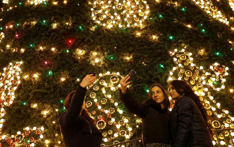 Giáng sinh rực rỡ muôn sắc màu trên toàn thế giới: Hân hoan niềm vui và bao lời chúc nhau an lành! - Ảnh 8.