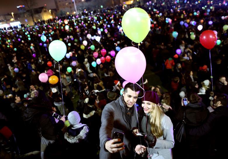 Giáng sinh rực rỡ muôn sắc màu trên toàn thế giới: Hân hoan niềm vui và bao lời chúc nhau an lành! - Ảnh 15.
