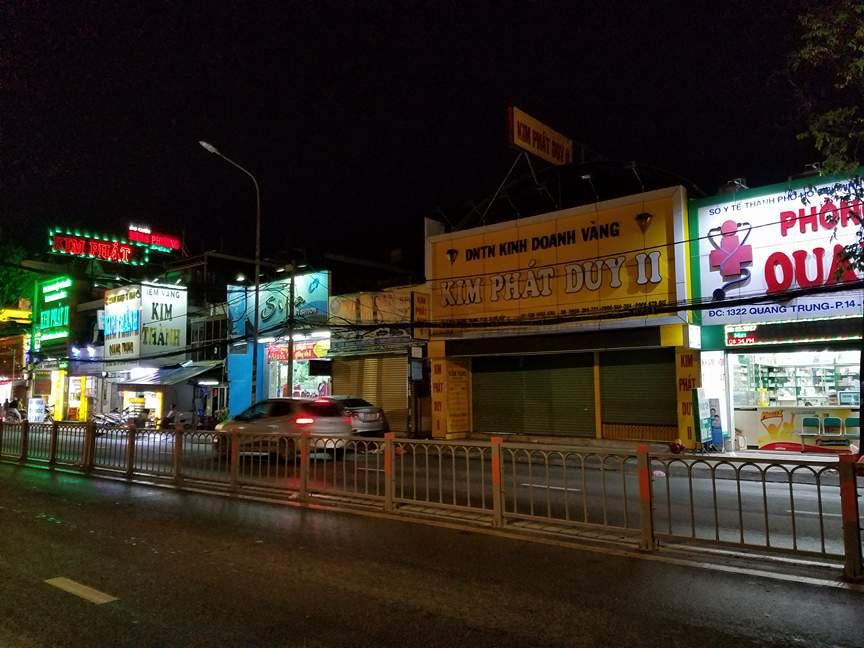 Dù bão Tembin đã đổi hướng, nhiều cửa hàng ở Sài Gòn vẫn đóng cửa, cho nhân viên nghỉ làm từ sớm - Ảnh 4.