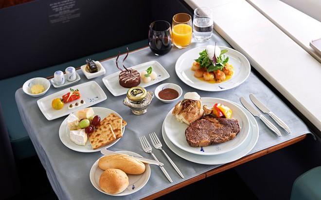Đây là lý do tại sao những bữa ăn trên máy bay có vị khác dưới mặt đất - Ảnh 1.