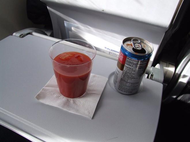 Đây là lý do tại sao những bữa ăn trên máy bay có vị khác dưới mặt đất - Ảnh 2.