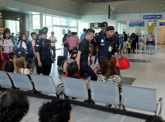 Thấy bạn trai bị cảnh sát bắt ở sân bay, cô gái hoảng hốt không hiểu chuyện gì thì bất ngờ được phi công cầu hôn - Ảnh 1.