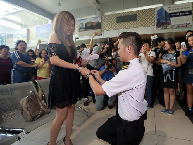 Thấy bạn trai bị cảnh sát bắt ở sân bay, cô gái hoảng hốt không hiểu chuyện gì thì bất ngờ được phi công cầu hôn - Ảnh 2.