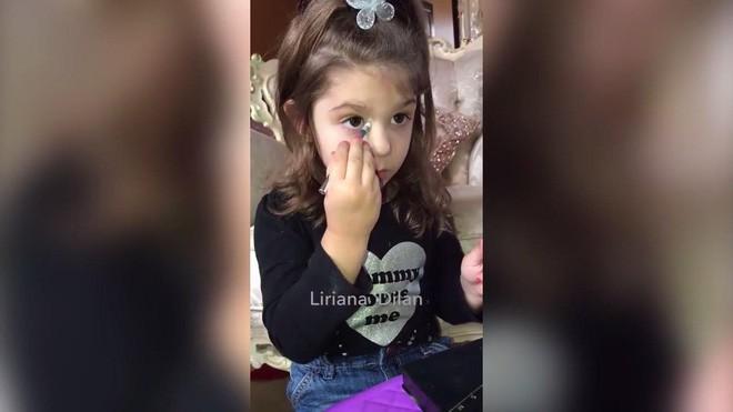 Clip: Bé gái 3 tuổi biết trang điểm thuần thục đang gặp phải làn sóng phản đối dữ dội - Ảnh 2.