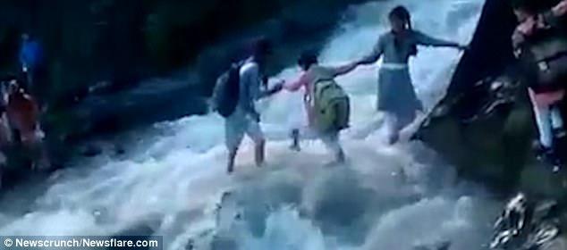 Giữa mùa lũ quét, các em học sinh vẫn liều mình vượt sông cuồn cuộn để không lỡ giờ học - Ảnh 3.