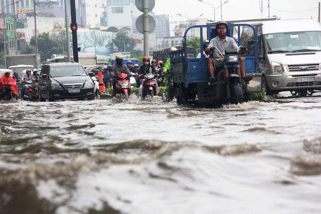 Mưa từ sáng sớm, người Sài Gòn bì bõm lội nước, chen chúc nhau đi làm - Ảnh 11.