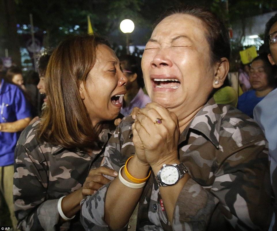 Một năm ngày mất Quốc vương Bhumibol Adulyadej: Những hình ảnh nỗi đau mất mát mà người dân Thái Lan không bao giờ quên - Ảnh 9.
